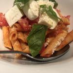 98222975 - ペンネ モッツァレラチーズとバジリコのトマトソース