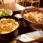 鮭まぜご飯と鳥南蛮うどんのセット(ご飯・サラダ・漬物・生卵つき)