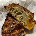 パンやきどころ RIKI - ドライリンゴやセミドライアプリコットの他に、ブラッドオレンジやクランベリーもたっぷり!