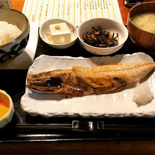 赤津加 - 本日の焼き魚定食はサバ塩焼き。