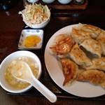 曲家餃子 - 餃子(10個)定食の左側