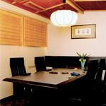 焼肉割烹 松阪 - 個室のテーブル席(最大5〜9席)