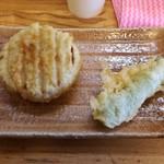 手打ちうどん こげら - 左:おでん大根の天ぷら 右:(小平産)甘長唐辛子の天ぷら 各100円