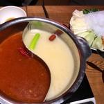 楽仙樓 - 火鍋の2種類のスープと野菜たち