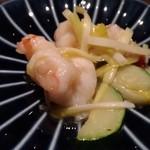 98271046 - エビ、黄ニラ、ズッキーニの炒め物