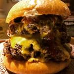 98275844 - トリプルチーズバーガー1800円(税抜き)です。パティ3枚だと肉の塊に見えてしまいますね。