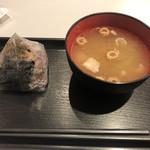 吾ん田 - お湯に少量の味噌と豚肉のカケラが入っているお椀です。