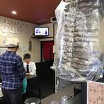 中華そば担々麺 六味亭 - あごがブラ下がる店内をパシャ 平日の12時過ぎ