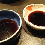 魚貝三昧 げん屋 - 醤油2種       左が土佐醤油、右がたまり醤油       のど黒焼霜造りは土佐醤油で       寒ぶり刺しはたまり醤油で