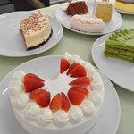 フランス菓子 オペラ座 - カウンターに並ぶ、珠玉のバイキングケーキ