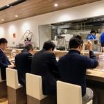 Menyashouminato - カウンターが横一列に並びます。