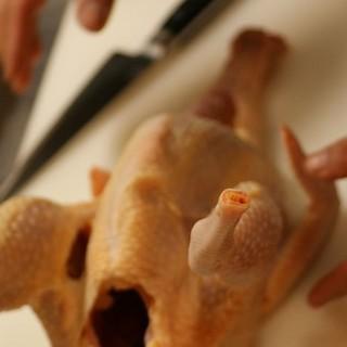 店内で毎日丸鶏から捌く比内地鶏