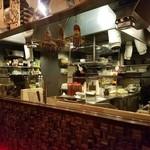 個室×居酒屋×宴会 漁港産直鮮魚と美味し酒 絶巓 - 店内中央の厨房の様子