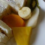 きたがわ - フルーツサンドに添えられているフルーツ