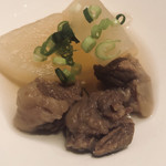 韓灯 - お通しのスジ肉も大根の煮物。チョ〜、うんまい、うんまいよぉ\(//∇//)\