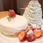 エッグスンシングス - クリスマスホイップツリーパンケーキ