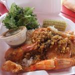 Romy's Kahuku Prawns & Shrimp - バターガーリックシュリンプのコンボ20.75$。  バターガーリックシュリンプと白米、サラダ、トウモロコシのセットプレートです。