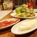 98347332 - サラミとカマンベールチーズ