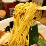 98355282 - 特製烏賊干鶏白湯醤油そばの麺リフトアップ