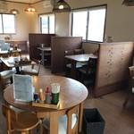 炭火焼きハンバーグ&ステーキ アトム - 広い店内、奥にはカウンター席もあります(2018.12.13)