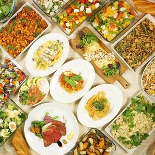 シェフ特製の手作り惣菜やサラダバー付きランチ