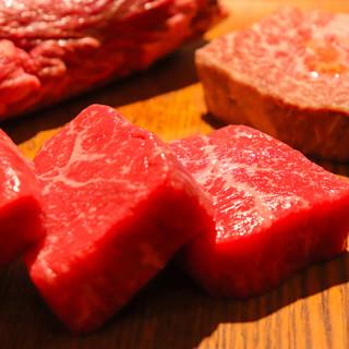 肉は熊本の大自然で育ったブランド牛「ASOのあか牛」が名物
