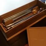 オッパ - 箸とスプーンは箸箱にあり。