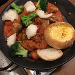 CHEESE SQUARE - パネチキンなる鍋?鉄板料理?チーズフォンデュで具材が唐揚げのトマトソース、ブロッコリー。