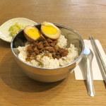 台感 - ルーロー飯。煮卵、つけものつき(648円)。
