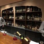横浜スタイル カクテル&ワインBAR グラン・カーヴ - ゆるゆるポタリングの忘年会☆彡 会費7000円てことで楽しみ♪ カウンターだけのこじんまりしたお店。 カウンターにもう前菜のサラダも用意されてる☆彡 今回は立食でドリンクはメニューから注文する。