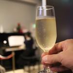 98397420 - グラススパークリングワイン