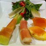 野菜ダイニング HERBE - 生ハムのフルーツサラダ