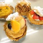 鞍橋家 - 福岡三越のクラジヤで、いちごや季節のフルーツがサンドされているシュークリーム発見!シンプルなシュークリームもいいけど、フルーツと一緒になってるところがポイント高いところ!