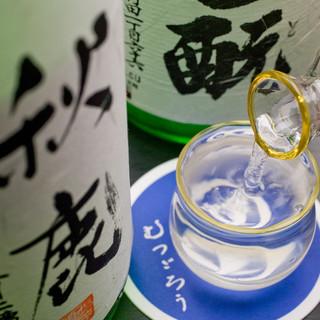 料理の味を引き立てるお酒各種あり。日本酒は常時約15種ほど◇