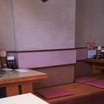 寅ちゃんうどん - 内観【座敷も一部ありますが、テーブル席中心の店内は、必要以上に飾り立てず落ち着いた雰囲気です】