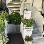 ラ ソスタ - 閑静な住宅地の一角にお店はあります