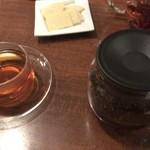 98416333 - 紅茶とパルメザンチーズ。