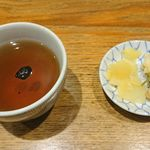 日本橋 天丼 金子半之助 - 左から黒豆茶、いぶりたくあん、がりごぼう