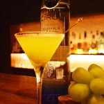 BAR SQUARE - 9月のおすすめ。シャインマスカットのウオッカ・マティーニ。生のシャインマスカット、フランスの高級ウオッカ『シロック』を使ったマティーニ。ちょっと贅沢なカクテルです。