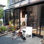 アオーサ - お庭からお店への入口