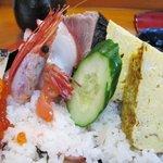 幸寿司 - 上ちらしの残った具材半分