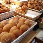 98436993 - 種類の豊富なパン