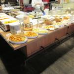 SALVATORE CUOMO&BAR - L字型のカウンターに、色々な料理が並んでいます♪