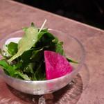 高級赤身焼肉専門店 馴れうし - 脂をいっさい使わない馴れうしのサラダ