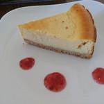 LOOP - ケーキセット400円の  べイクドチーズケーキ