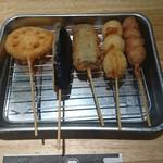 魚輝水産 - 串かつ5本。(真ん中魚やった❗)
