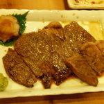 焼とり弁慶 - わさび醤油で頂く、国産牛ロースステーキ。お隣のカップルに一切れ、差し上げました