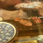 焼とり弁慶 - オーダーした国産牛ロースステーキが焼かれています