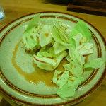 焼とり弁慶 - 取り皿、キャベツがアク抜きしてあり、美味しい