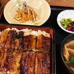 Chikasada - うなぎ丼は、赤だしと香の物が付いてきます。